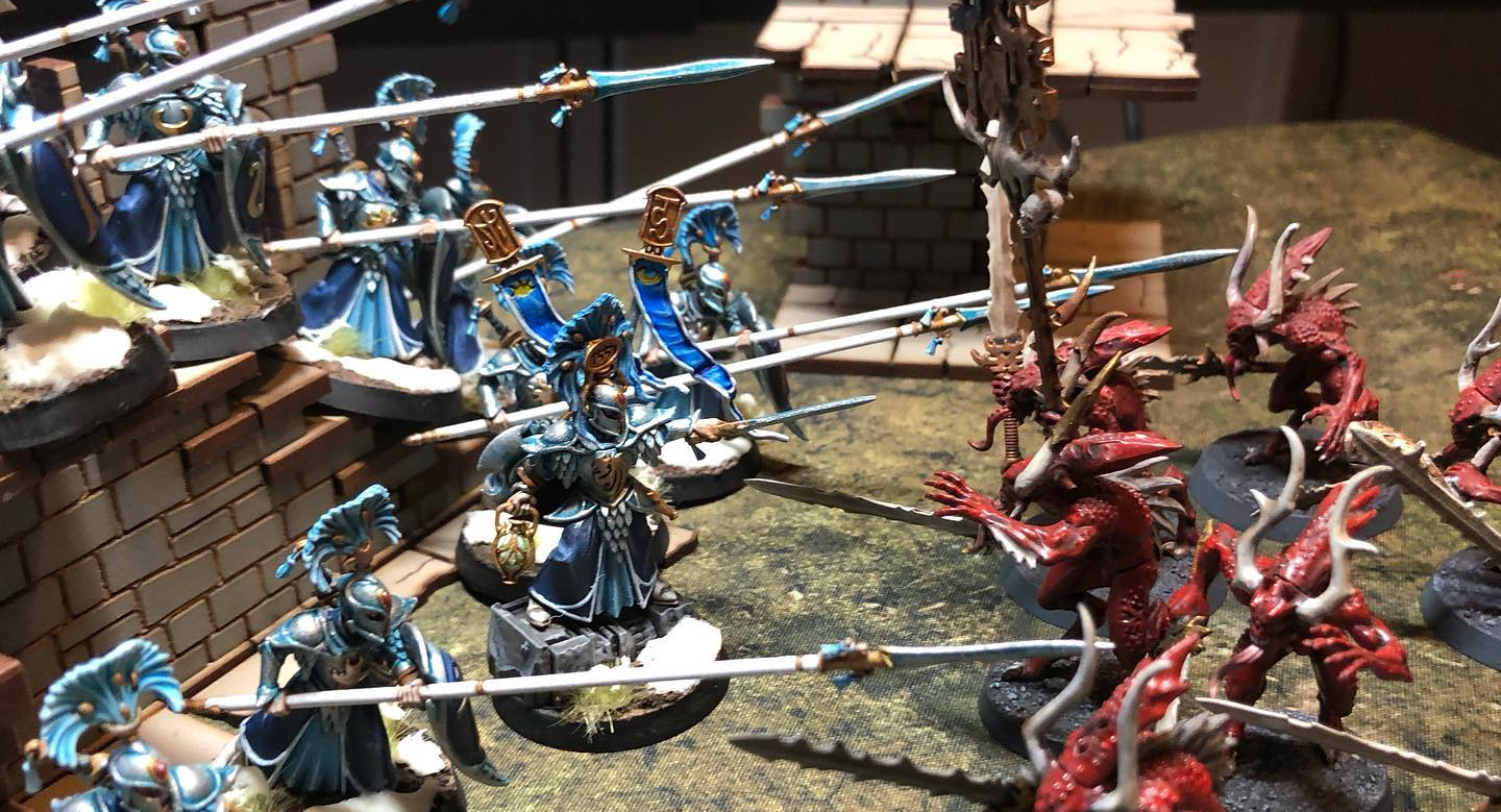 Lumineth Realmlords battle Khorne Bloodletters in Warhammer Age of Sigmar